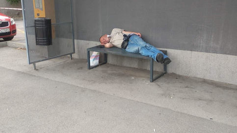 Na lavičke pri pošte sa usídlil bezdomovec