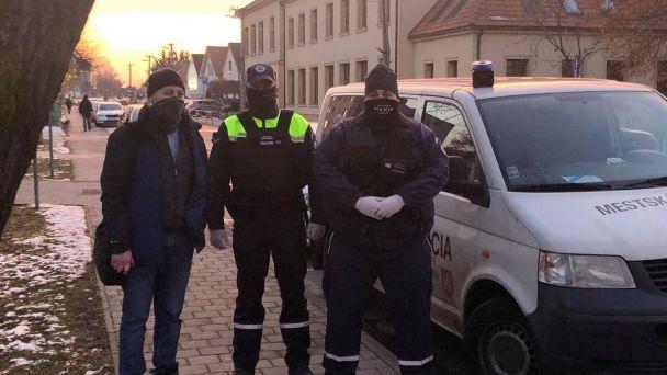 O doržiavanie verejného poriadku na odberných miestach sa starajú aj príslušníci kynologickej jednotky Mestskej polície