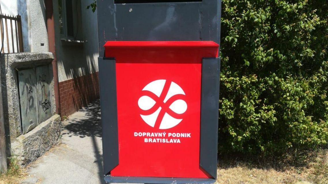 Na zastávke MHD pri kruhovom objazde doplnili nové označníky a väčší kôš na odpadky