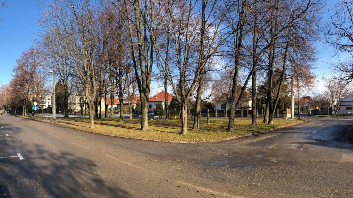 Rakúsov park by sa mohol stať miestom pre aktívne trávenie voľného času našich seniorov.